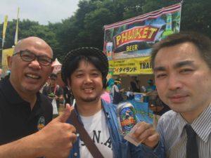 左からソムサック社長、新潟タイ料理スパイシーマーケット伊藤輝社長、遠藤誠